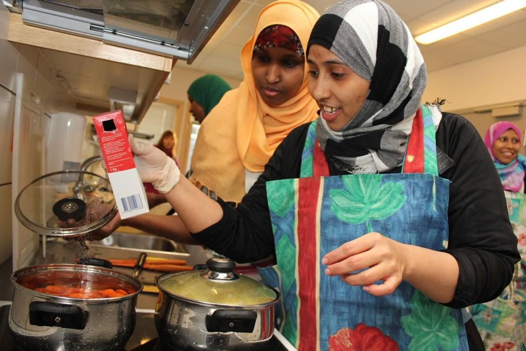 INTEGRERES: Nyankomne Layla Ahmed Mahamed og Shadia Mushin lærte forrige vinter å lage torskesuppe.