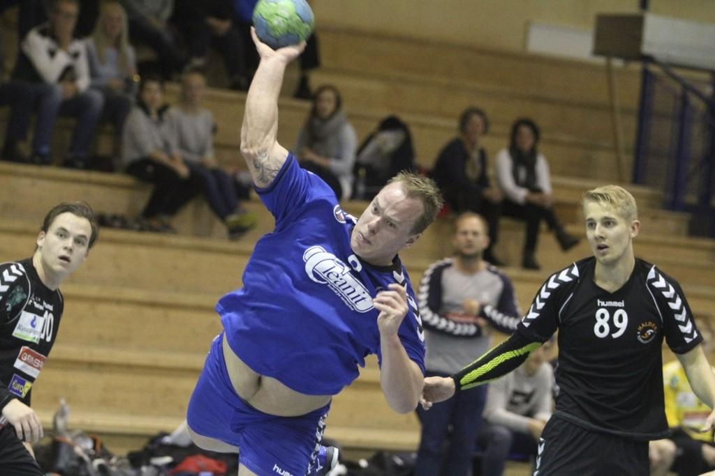 SURT TAP: Strekspiller Kasper Rønning scoret to mål mot Halden, men Oppsal gikk på et surt 23-24 tap for østfoldingene. FOTO: ARILD JACOBSEN