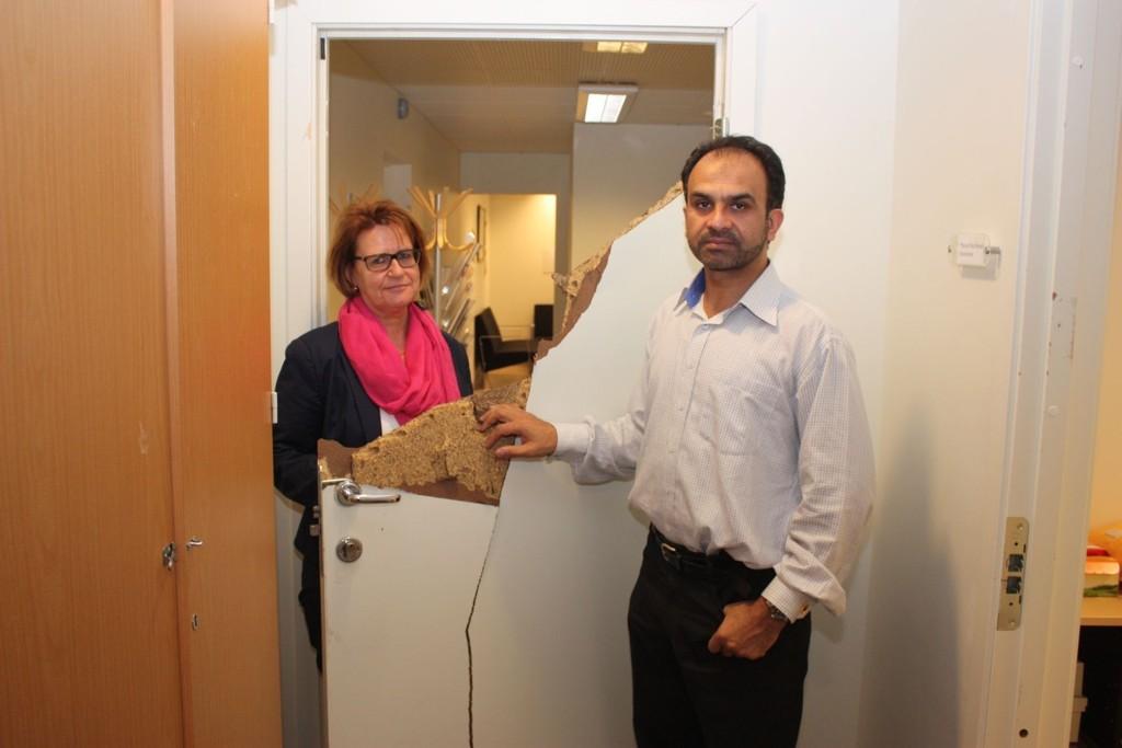 Rektor Kjersti Vågmo og kontorleder Masoud Riaz Ahmad kan bare konstatere store ødeleggelser på Prinsdal skole i helgen. Dører og vinduer er knust.