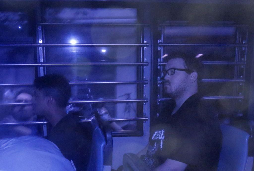 Her blir Rurik George Caton Jutting eskortert av politiet etter en rettshøring i Hongkong.