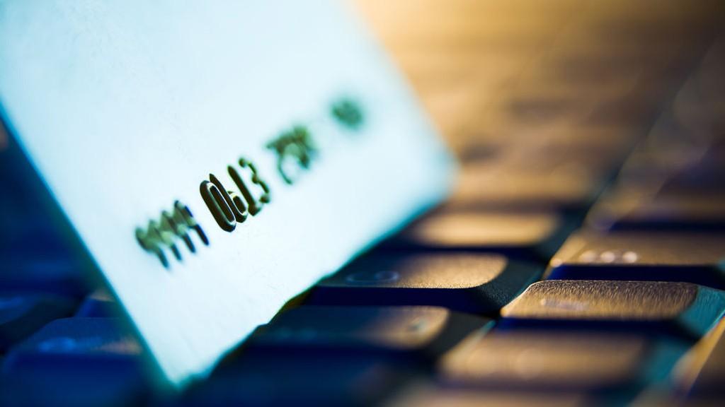 Å handle på nett er enkelt, men foreløpig er det vrient å komme utenom store beløp i gebyrer om du handler for over 200 kroner.