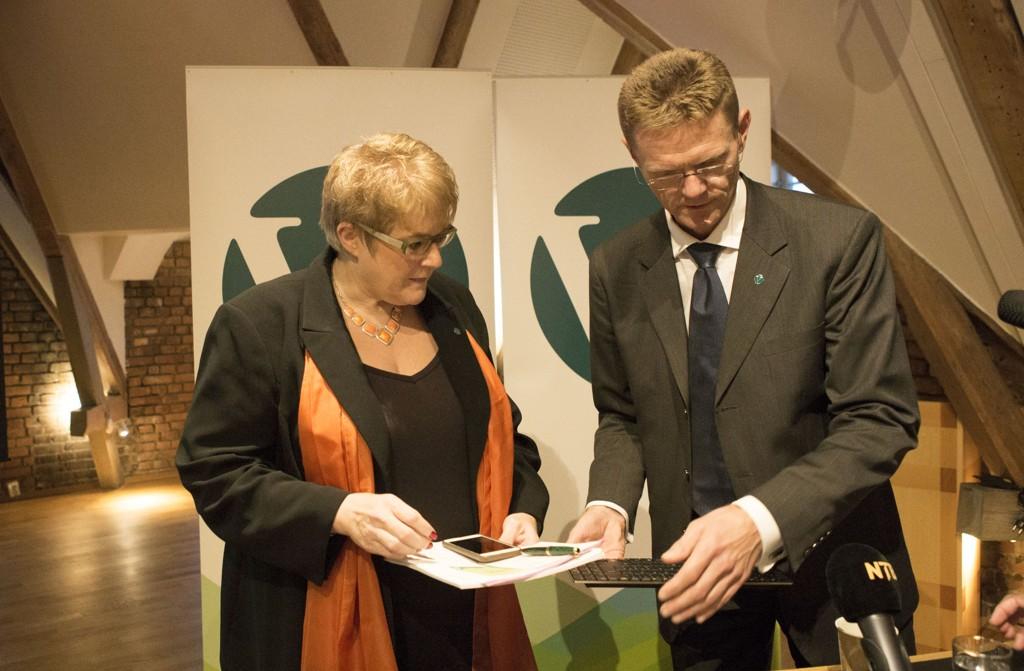 Venstre-leder Trine Skei Grande og finanspolitisk talsperson Terje Breivik i venstre la frem Venstres alternative statsbudsjett mandag formiddag.