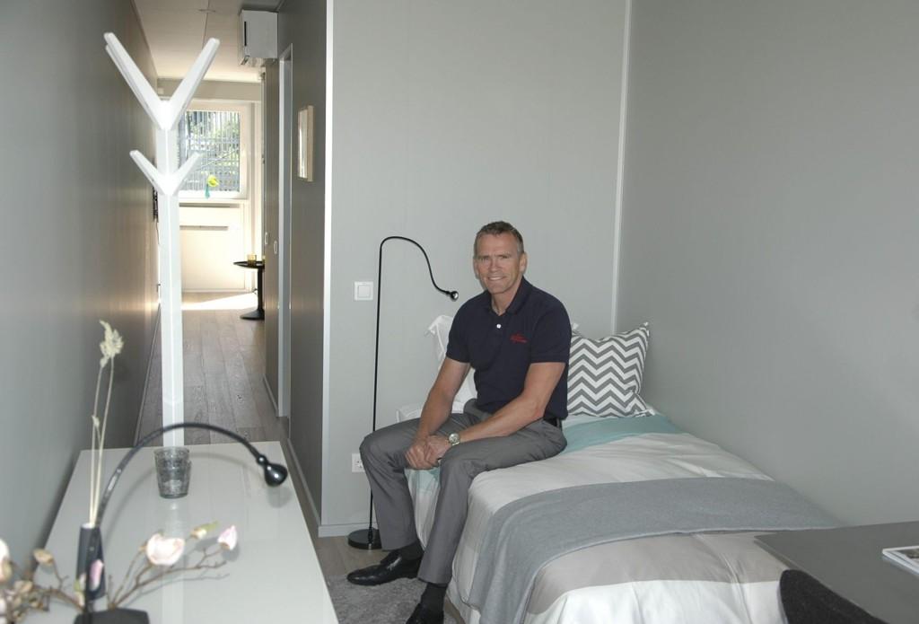 FLYTTBAR HYBEL: Rolf Rasmussen i hybeldelen med seng og skrivebord. Badet befinner seg i frembygget, mens kjøkken og inngangsparti er i bakgrunnen.