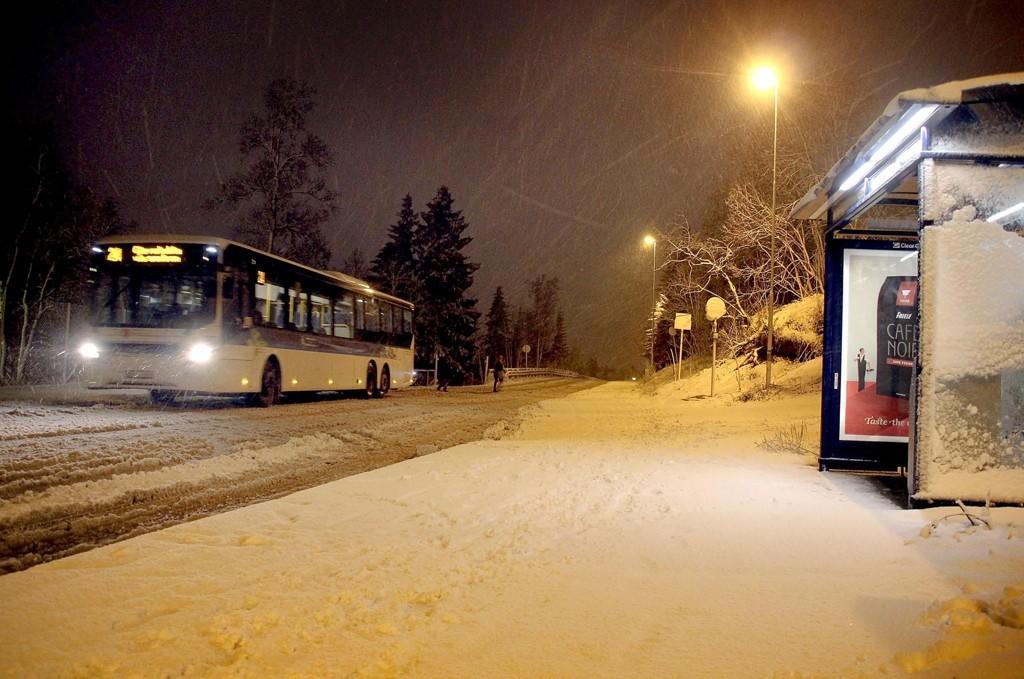 Mandag kveld var det allerede mye snø langs veiene i Tromsø. Dette bildet ble tatt på Dramsvegen klokken 23.00 mandag.