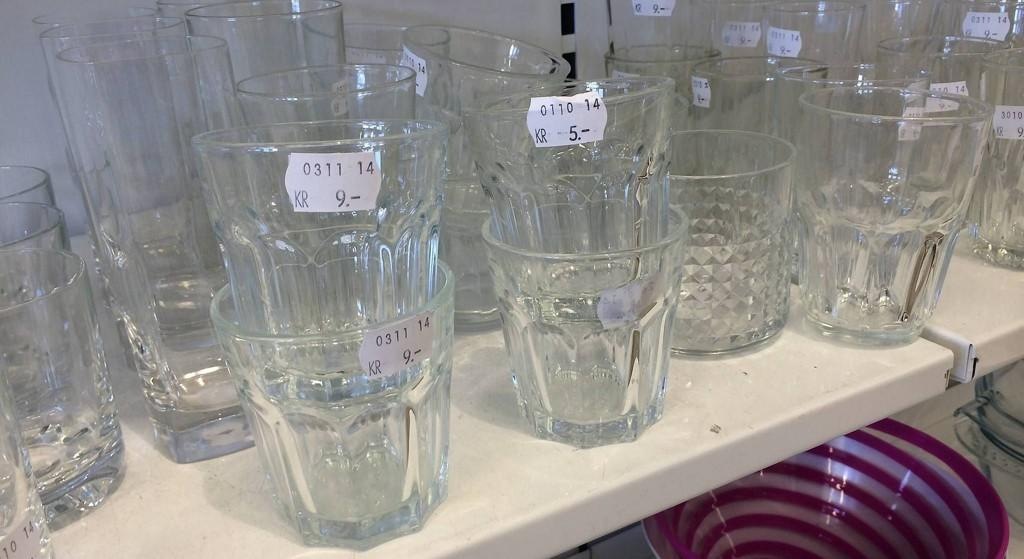 Kunden ble overrasket da hun oppdaget at glassene som koster tre kroner nye på IKEA var priset til ni kroner på Fretex Lagunen.