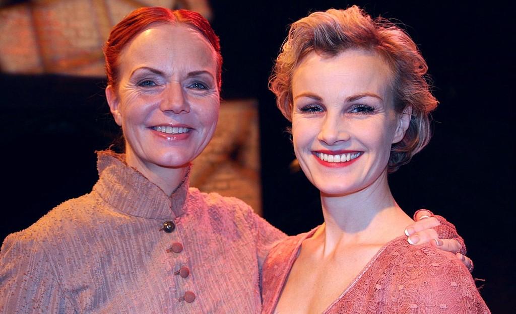 Mari Maurstad som Hønse-Lovisa (t.v.) og Lena Kristin Ellingsen som femme fatale Petrina spiller i disse dager i Ungen på Torshovteateret.