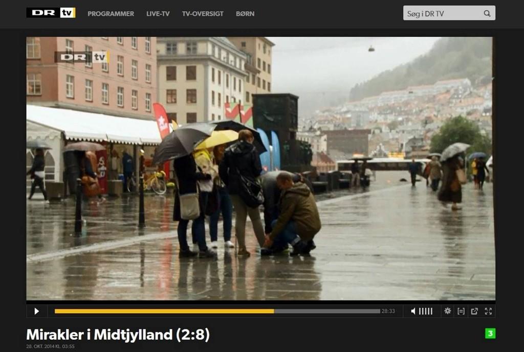 Michael Nielsen fra den danske TV-serien «Miraklene i Midtjylland» besøkte Bergen. Her ber han for en jente på Torgallmenningen som har brukket ankelen.