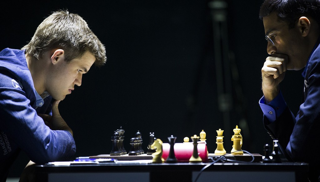 Magnus Carlsen (t.v.) og Viswanathan Anand spiller det første partiet i sjakk-VM lørdag.