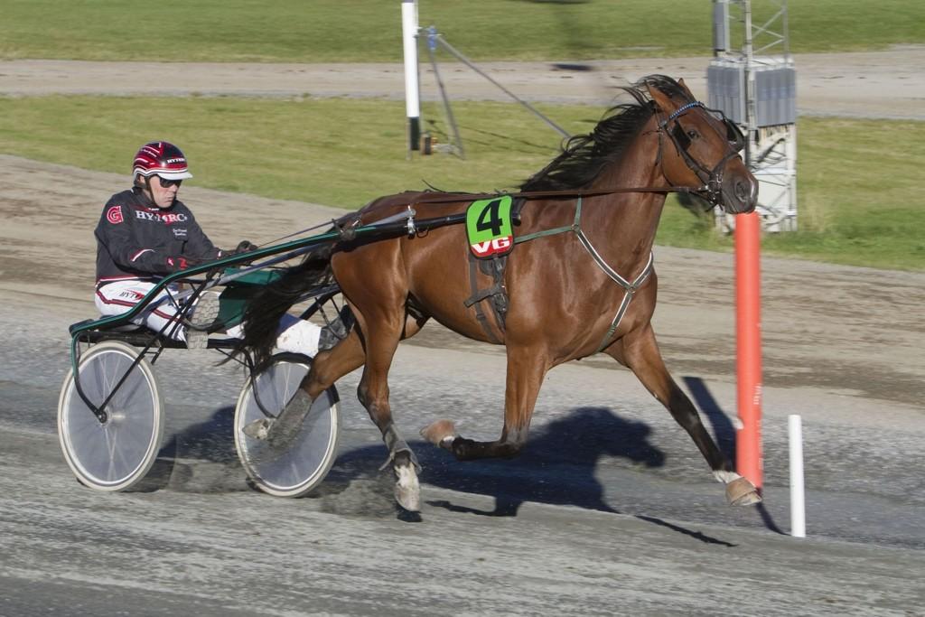 Peder Mykla og kusk Geir Vegard Gundersen har perfekte forutsetninger i V5-4. Foto: Anders Kongsrud/www.hesteguiden.com.