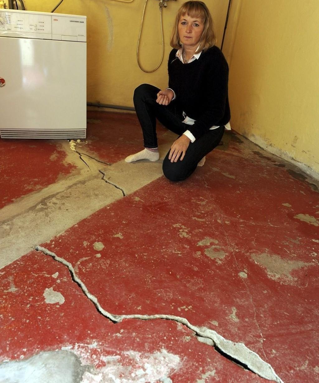 STARTET I KJELLEREN: Her – i kjelleren – startet huset å sprekke opp for tre år siden. Sprekken i gulvet er en av mange rundt om i boligen.