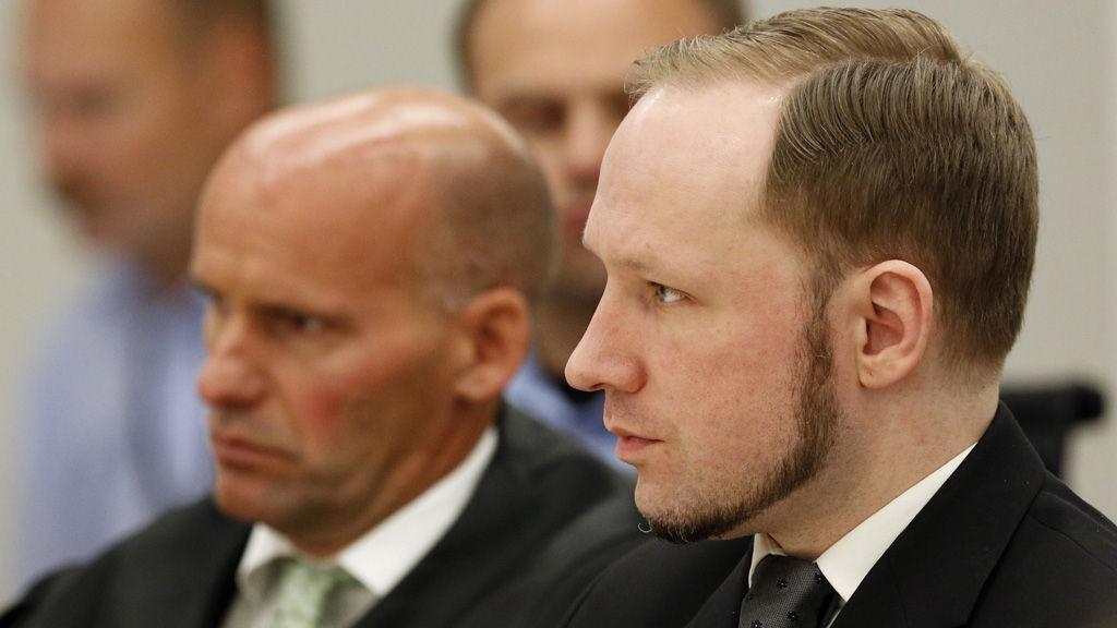 Anders Behring Breivik og forsvarer Geir Lippestad og Vibeke Hein Bæra under domsavsigelse i terrorrettssaken mot Anders Behring Breivik i Oslo tingrett.