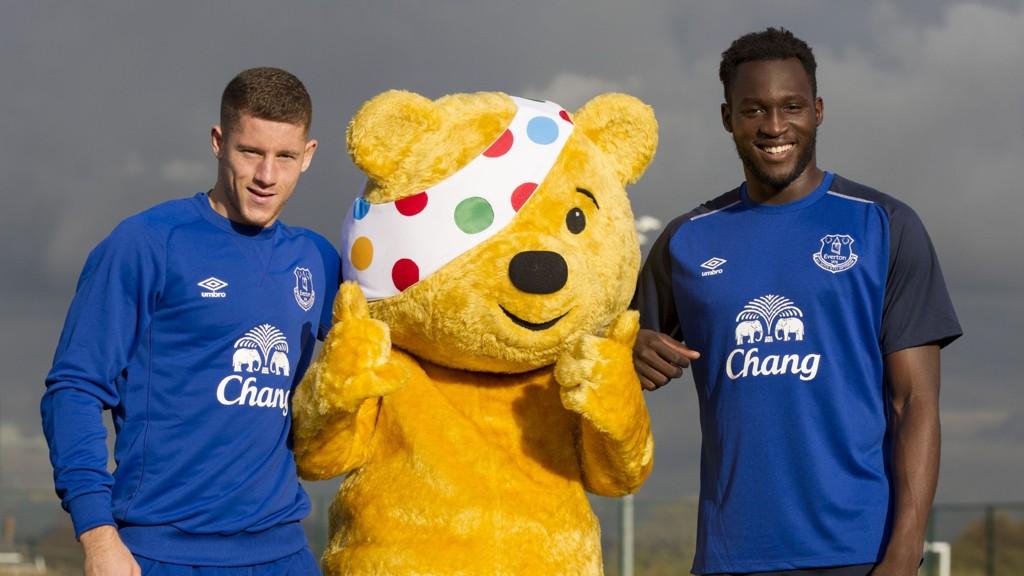 CITY-AKTUELL: Ross Barkley (til venstre) står visstnok på ønskelisten til Manchester City. Her sammen med bjørnen Pudsey og lagkameraten Romelu Lukaku.