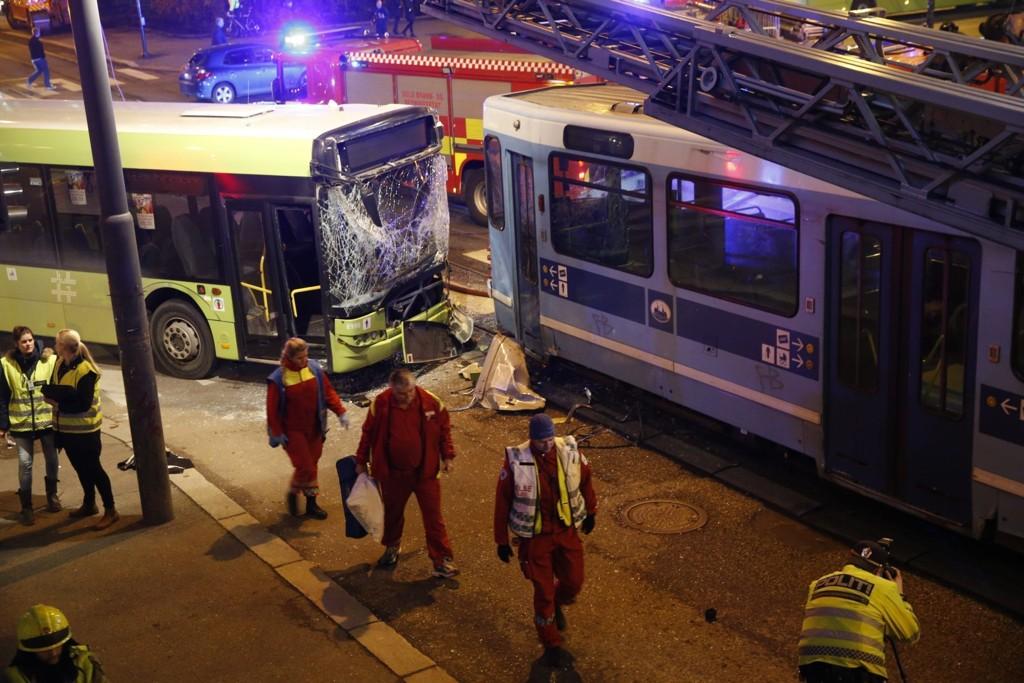En trikk og en buss kolliderte tirsdag ettermiddag i krysset Munkedamsveien/Cort Adelersgate i Oslo. 13 personer ble er tatt hånd om av helsepersonell.