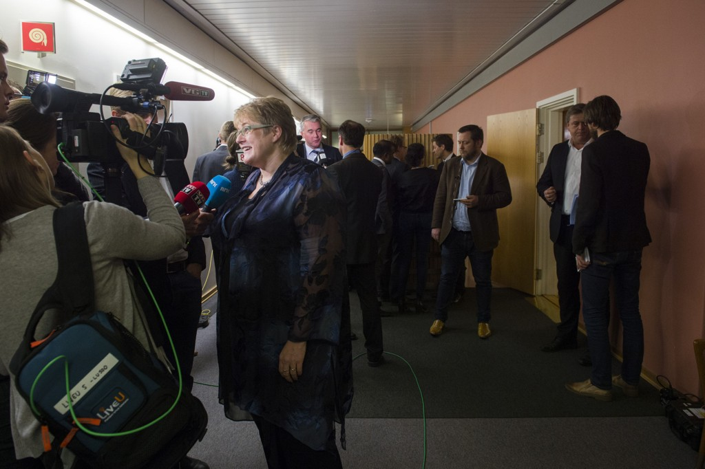 De er langt fra i mål med en budsjettavtale. Her er Venstre- leder Trine Skei Grande, (f.v.) Trond Helleland (H) (f.v.), KrF leder Knut Arild Hareide og Harald Tom Nesvik (Frp) som snakker med pressen etter møte i budsjettforhandlingene på Stortinget torsdag kveld.