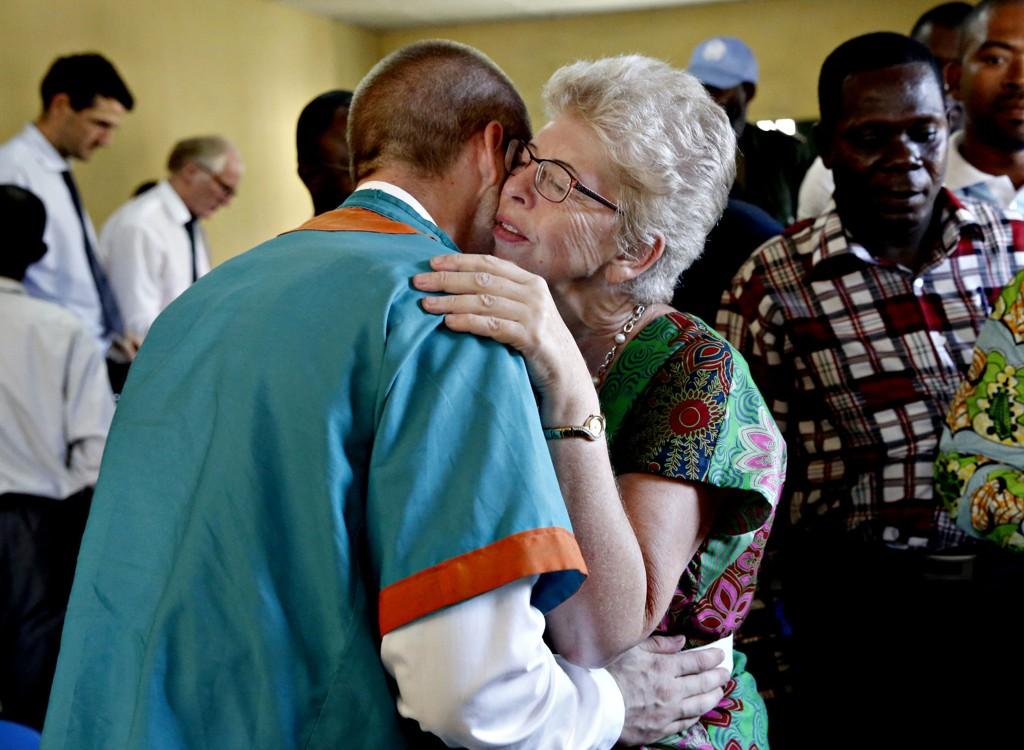 Joshua French og moren, Kari Hilde French, klemmer hverandre under rettssaken mot Joshua French i Ndolofengselet