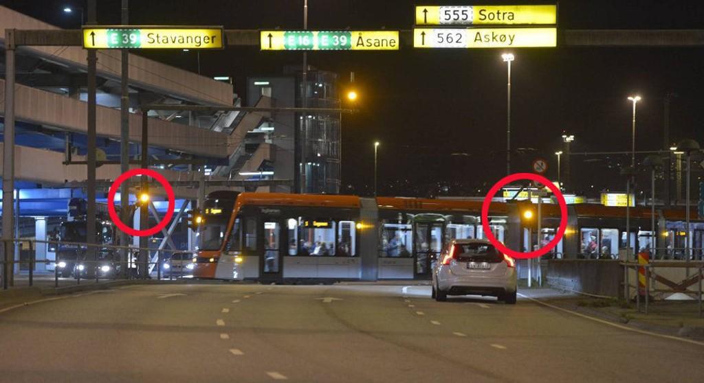 Tekniske problemer fører til at dette lyskrysset ved Bystasjonen ikke fungerer som det skal. Foto: SKJALG EKELAND
