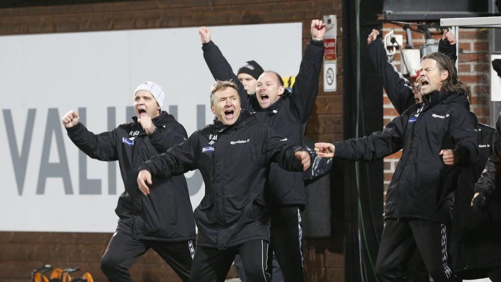 ENORM GLEDE: Assistenttrener Hans Erik Ødegaard (til venstre), keepertrener Erlend Madsen og trener Vegard Hansen (til høyre) slipper jubelen løs etter seieren mot Bærum.
