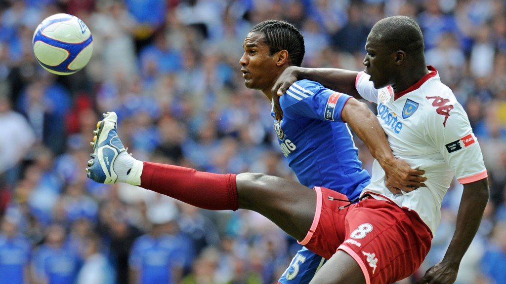 Portsmouths Papa Bouba Diop i duell med Chelseas Florent Malouda i FA-cupfinalen 2010.