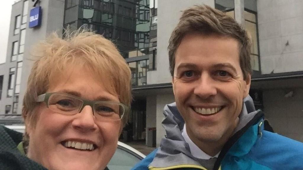 SELFIE: Venstre-leder Trine Skei Grande og KrF-leder Knut Arild Hareide tok tirsdag seg en tur til Nydalen for å få inspirasjon til forhandlingene, og la ut denne selfien på sosiale medier.