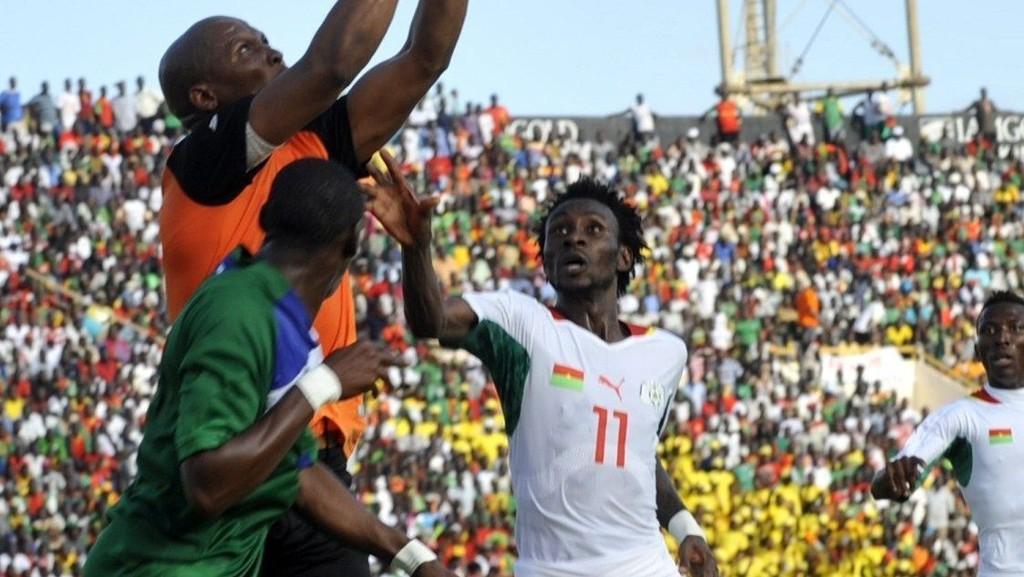 Burkina Faso-spissen Jonathan Pitroipa (til høyre) er toppscorer i kvalifiseringen til Afrikamesteskapet med fem mål på fem kamper. Her fra hjemmekampen mot Lesotho i september, der Al Jazira Club-spilleren scoret det første målet i landets 2-0-seier.