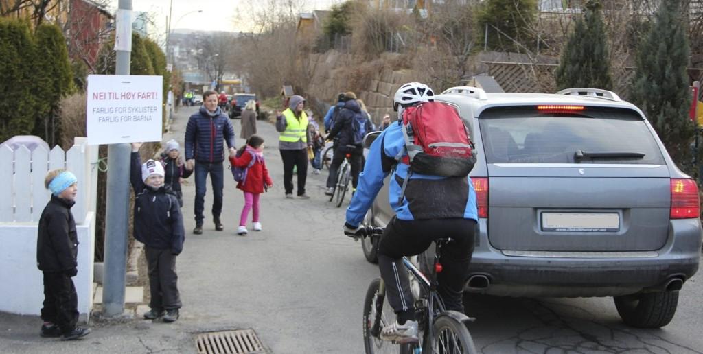 AKSJONERER: Beboere i Ullernveien har i flere sammenhenger aksjonert i gaten og bedt syklistene ta hensyn. Foto: Vidar Bakken