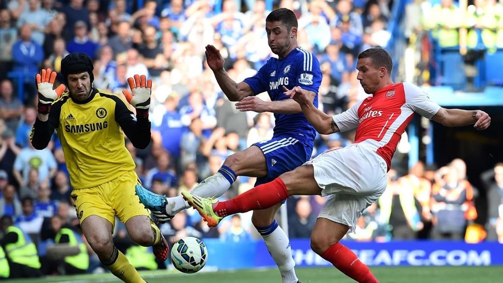 ARSENAL-AKTUELL? Petr Cech kobles til Arsenal og AC Milan. Her er han i duell med Lukas Podolski i Arsenal, og får hjelp av Chelsea-kollega Gary Cahill.