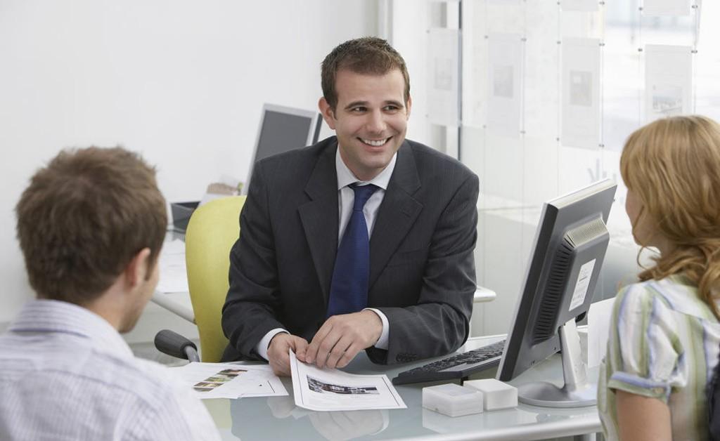En god og profesjonell megler sørger for at både kjøper og selger er fornøyd etter et salg. (Foto:yayimages.com)