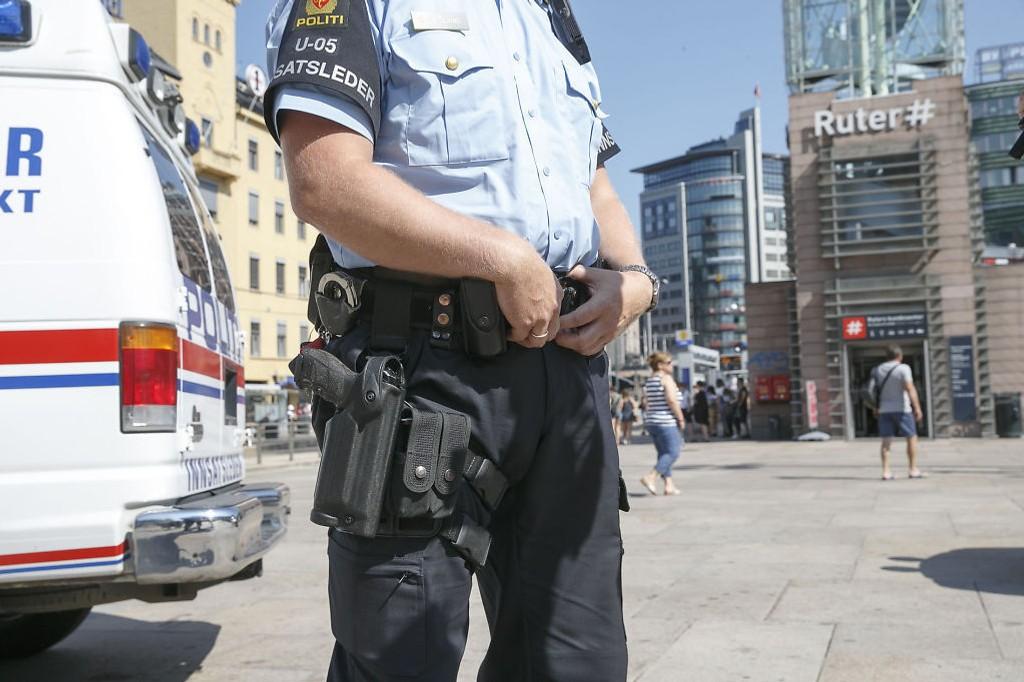 Bevæpnet politi patruljerte rundt Oslo S i sommer. Politiet høynet beredskapsnivået etter terrortrusselen mot Norge.