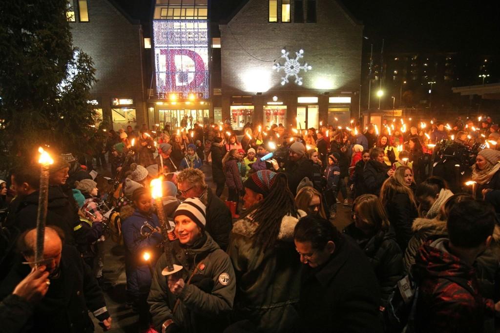 Rundt 500 personer møtte opp på Mortensrud Torg for å gå i fakkeltog for den tiåringen som ble funnet død i en leilighet i Oslo i august.