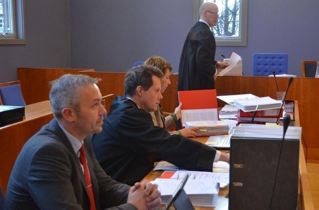 Banksjef Jan Birger Stebekk og bankens advokat Kai Knutsen sitter på påtalemyndighetens side. Politiets revisor Sigrun Bragdø bistår politiadvokat Geir Magne Søfteland, som er aktor i saken.