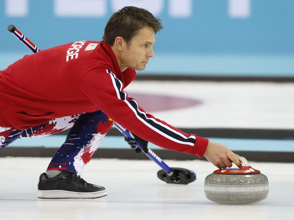 Thomas Ulsrud og hans mannskap er på vei til sluttspillet i curling-EM. Onsdag ble Tyskland slått i 8-2 i åttende omgang.