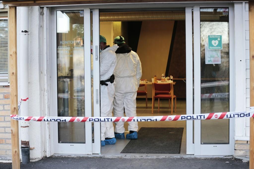 Politi på stedet i Oppsal vaktmestersentral der en mann ble skutt tirsdag. Mannen døde onsdag på sykehus av skadene.