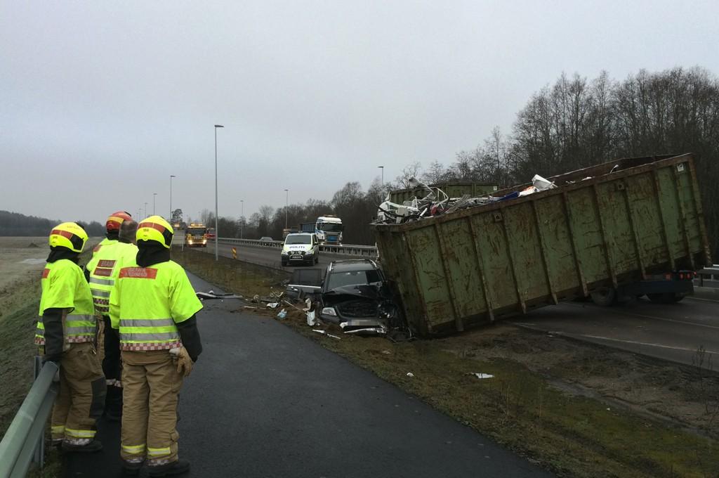 SMADRET I FRONTEN: To personer ble skadd da en kontainer traff personbilen de satt i.