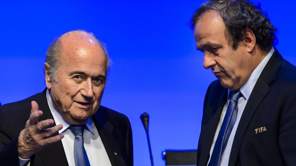 KLAR TALE: UEFA-president Michel Platini (t.h.) krever at Sepp Blatter og FIFA offentliggjør rapporten om tildelingen av VM i 2018 og 2022.