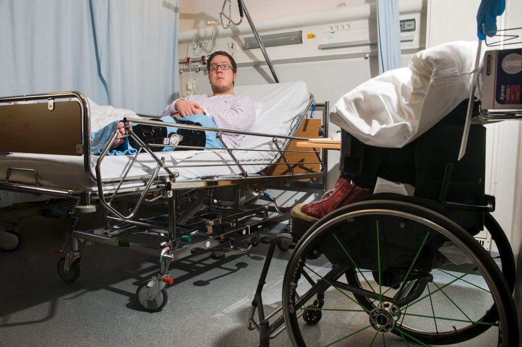BRUDD I KNESKÅLA: Marius Hulsrøj ble liggende igjen i veien etter å ha blitt påkjørt tirsdag morgen. Etterpå valgte sjåføren av bilen å kjøre fra stedet uten å sjekke hvordan det gikk med 19-åringen.