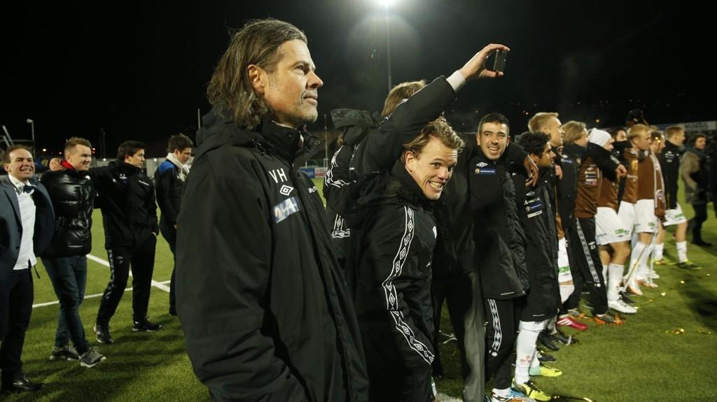 Trener Vegard Hansen sammen med spillerne etter at Mjøndalen sikret seg plassen i eliteserien i fotball neste sesong, med seier 3-0 over Brann i onsdagens kvalifiseringskamp.