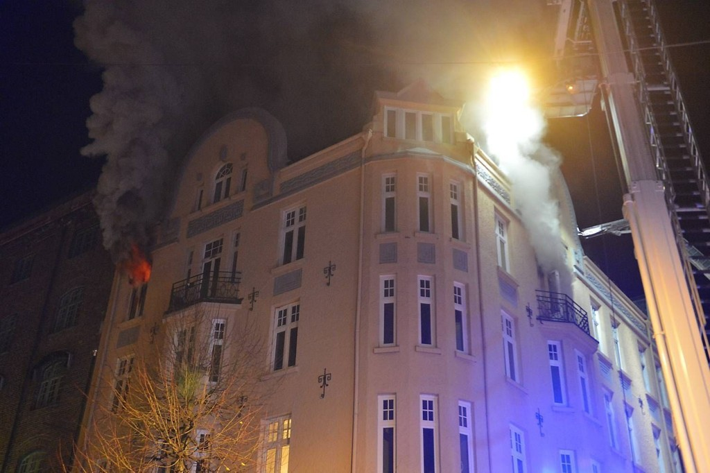 BYBRANN: 30 brannfolk kjemper mot flammene i denne bygården. Det er foreløpig ikke meldt om skadde eller savnede personer. Det er registrert syv personer på adressen.