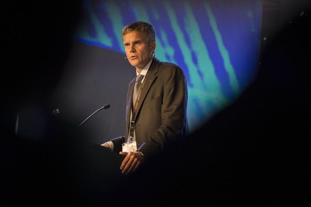Helge Lunds lønn i britiske BG Group kan bli kuttet på nytt. Flere av selskapets aksjonærer truer med å stemme ned lønnspakken.