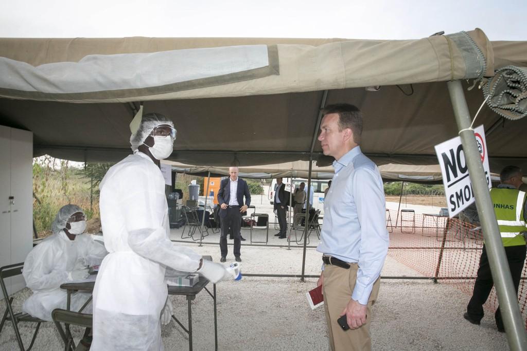 Internasjonal legemiddelgigant viser til meget lovende testresultater for ny ebolavaksine. Illustrasjonsbilde: Utenriksminister Børge Brende gjennomgår den obligatoriske ebola-sjekken og utspørringen på den militære flyplassen i Dakar.