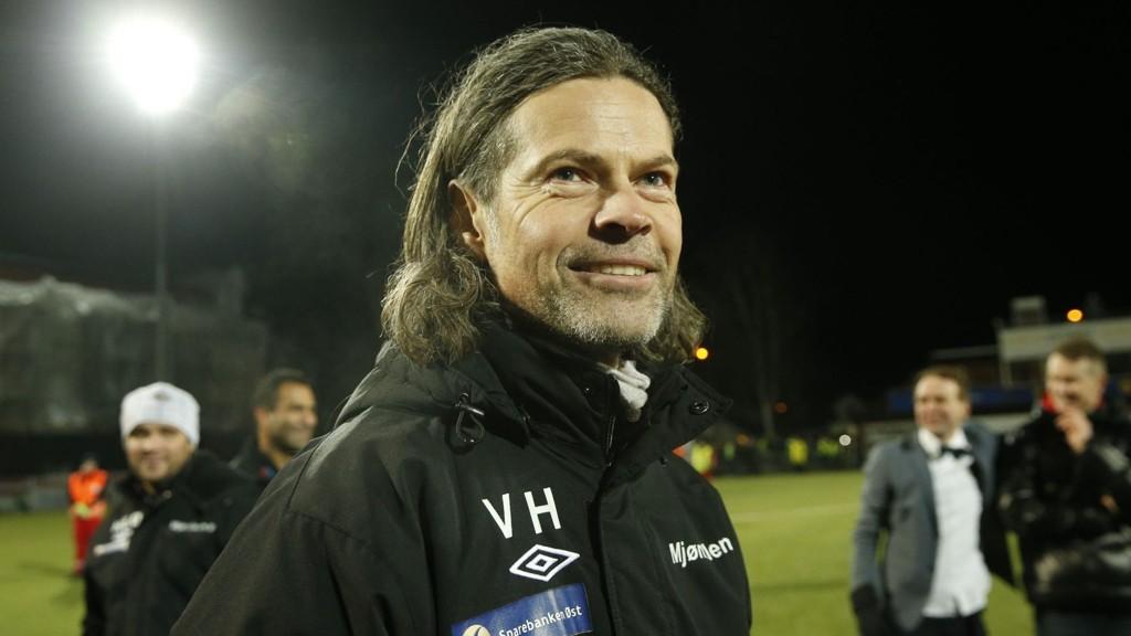 GLAD: En fornøyd trener Vegard Hansen etter at Mjøndalen sikret seg plassen i eliteserien i fotball neste sesong.