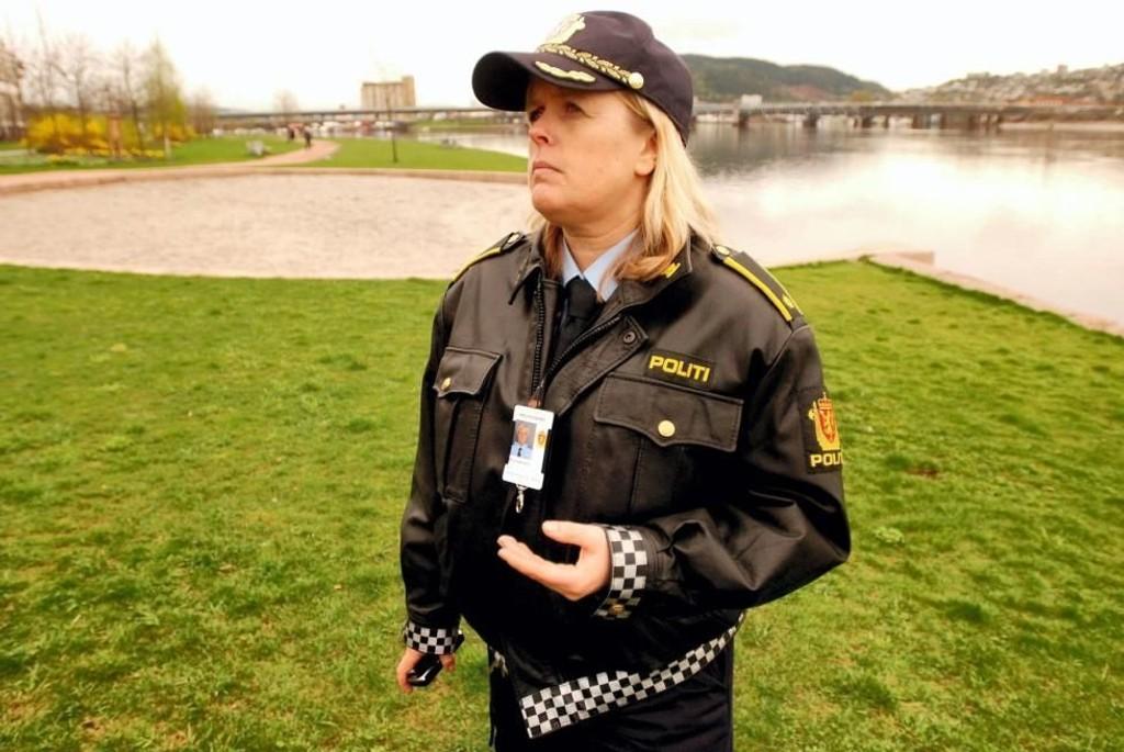 FØLG MED: Kari Benjaminsen ved politiet oppfordrer foreldre og foresatte til å følge med. – Hvordan oppbevarer du alkoholen hjemme, spør Benjaminsen. FOTO: Arild R. Hansen (Drammens Tidende)