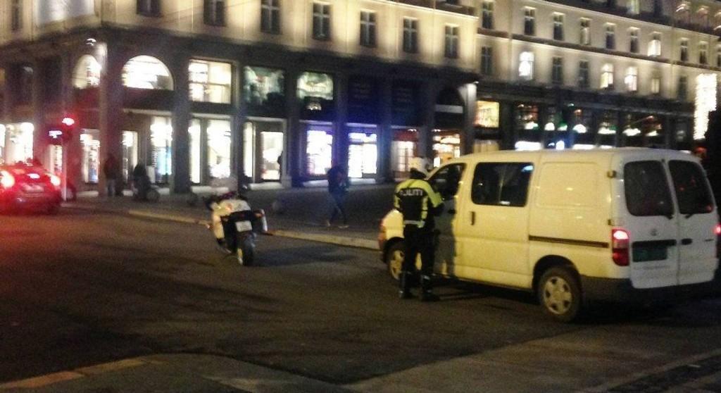 BOT: En politimotorsyklist skrev ut bøter til bilister som kjørte rett frem i Strandgaten ved Svaneapoteket onsdag ettermiddag. Foto: Olav Sundvor (Bergensavisen)