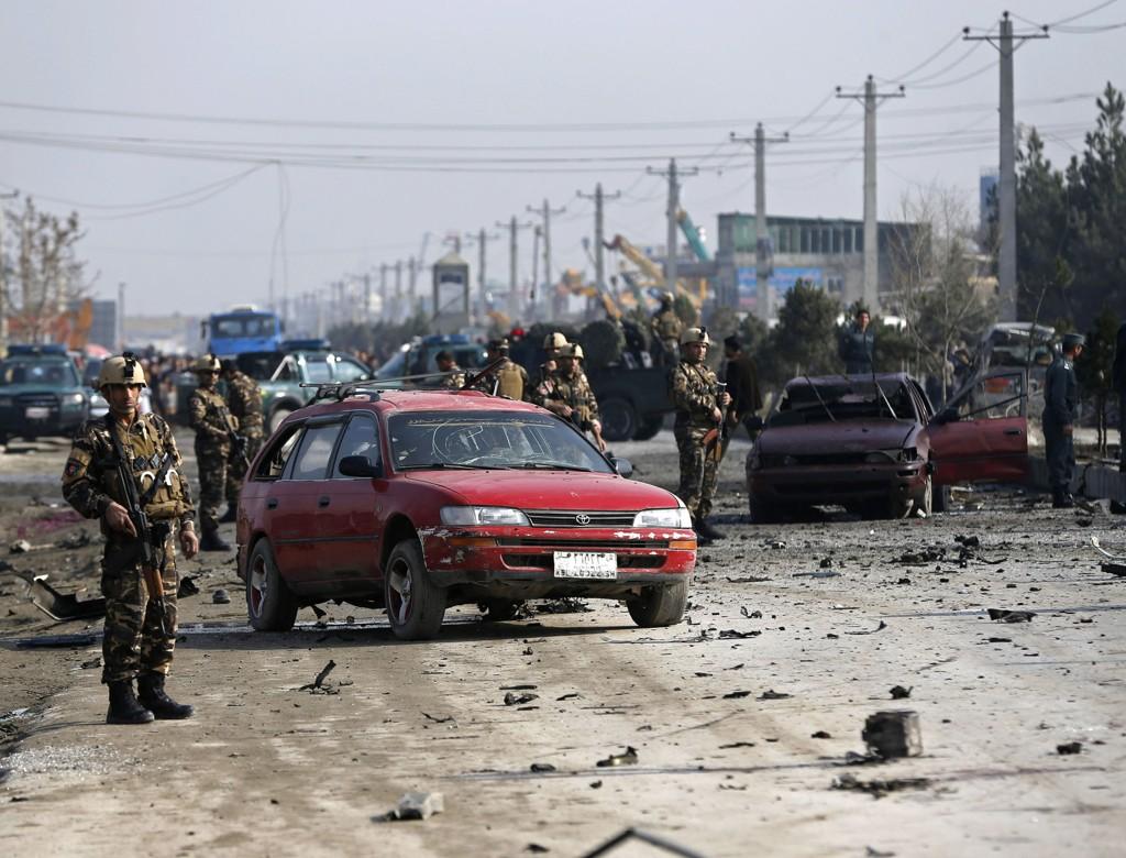 Afghanske sikkerhetsstyrker på stedet der en selvmordsbomber angrep et kjøretøy fra den britiske ambassaden i Kabul torsdag.