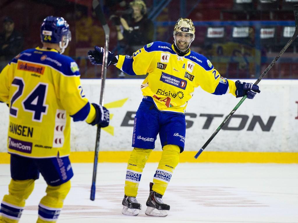 HARDT ARBEID: Seieren satt langt inne, men både Christian Larrivée og Mads Hansen kunne juble for scoringer og tre poeng til slutt.