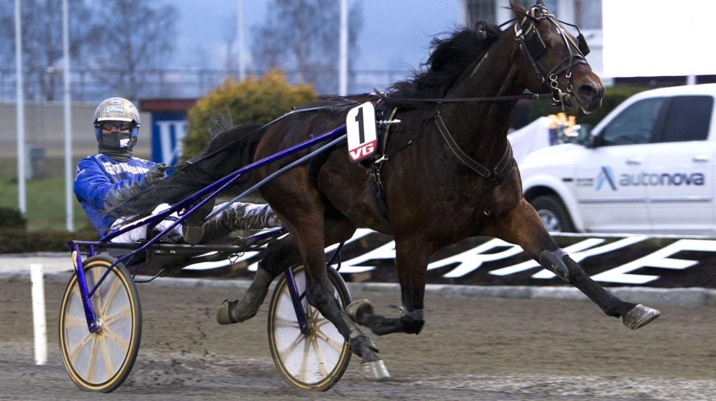 Bjørn Goop (her med Underpaid Hanover) kusker en rekke betrodde hester på Ørebro søndag.
