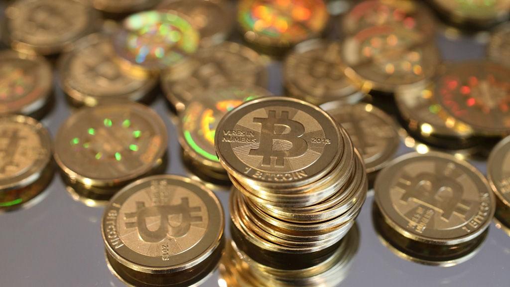Den virtuelle valutaen bitcoin har fått verdien sin kuttet med to tredeler på et år.