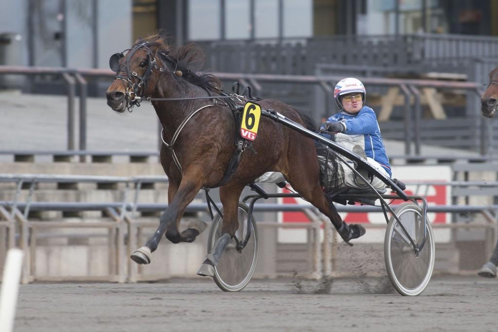 Kim Pedersen har virkelig gjort det skarpt i år, og han har vunnet 11 av 59 løp. På tirsdag kan det komme en ny seier. _foto_Roger Svalsr¿d_hesteguiden.com