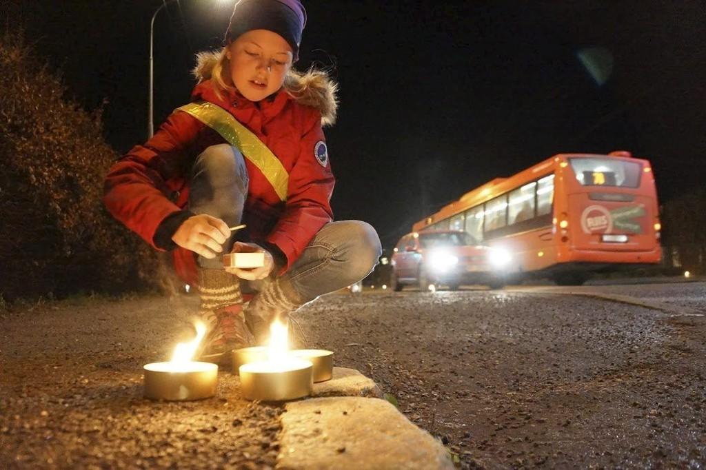 STEMNINGSFULLT: Ea Sofie Hagen Andersen var blant de mange beboerne som tente lys i Enebakkveien.