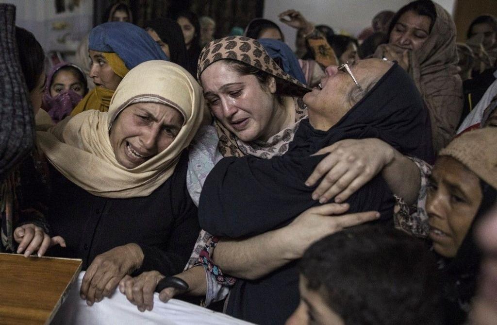 Slekt og venner sørger over skoleeleven Ali Khan (15) som ble drept i angrepet.