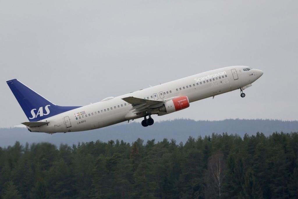 Oslo 20141117. En SAS flymaskin letter på Gardermoen.
